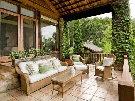 El look rústico lo lograrás con un piso que asemeje a la piedra y muebles de fibra natural. Foto: Thinkstock
