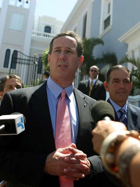 Rick Santorum habla con los reporteros luego de dejar La Fortaleza, donde se reunió con el Gobernador Luis Fortuno  Foto: AP