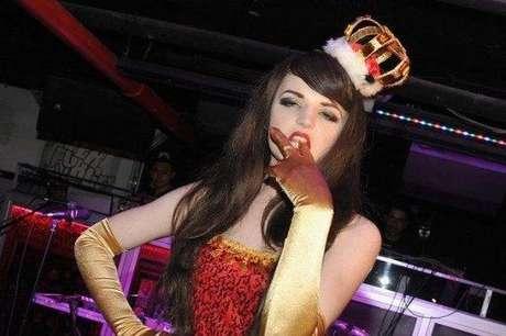 Katrina Darling, prima lejana de la duquesa Catalina de Cambridge, vestida para su espectáculo de striptease  Foto: AFP/Getty Images