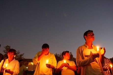 """Decenas de personas llegaron la tarde y noche de ayer hasta la Posta Central para encender velas para pedir por la salud de Daniel Zamudio, quien mantiene su estado crítico. Los médicos descartan por el momento su muerte cerebral, aunque está con algunos """"signos de ella"""". Foto: Agencia UNO"""
