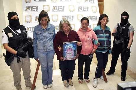 Silvia Meraz (con cuadro de la Santa Muerte) alentaba a su padre, a sus hijas y yernos a participar en los sacrificios humanos. Foto: Rolando Chacón / Reforma