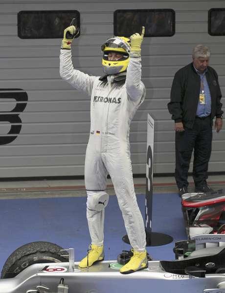 El piloto del equipo Mercedes de F1 Nico Rosberg de Alemania celebra luego de haber ganado el GP de China en Shanghai, el domingo 15 de abril de 2012.   Foto: Eugene Hoshiko / AP