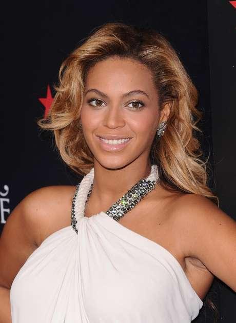 """La cantante Beyonce Knowles promueve su perfume """"Pulse"""" en la tienda Macy's de Nueva York el 22 de septiembre del 2011. La revista People nombró a Beyonce la mujer más hermosa del mundo del 2012.  Foto: Peter Kramer / AP"""