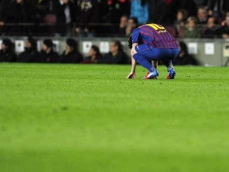 Lionel Messi, desconsolado al errar un lanzamiento desde el punto de pena máxima en el juego que Barcelona empató 2-2 con Chelsea y quedó eliminado de Champions. Foto: Cortesía