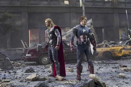 """Chris Hemsworth en el papel de Thor, izquierda, y Chris Evans en el de Capitán América en una fotografía de la película """"The Avengers"""" proporcionada por Disney.  Foto: Disney / AP"""
