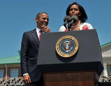 El presidente Barack Obama escucha a la primera dama Michelle Obama durante una visita al Fuerte Stewart, en Georgia, el viernes 27 de abril de 2012.  Foto: The Morning News, Richard Burkhart / AP