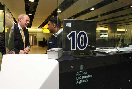 El ministro de Inmigración de Gran Bretaña, Damian Green, habla con un agente de aduanas Shafait Ali durante una visita a la Terminal 3 del Aeropuerto de Heathrow, en Londres, el martes 1 de mayo de 2012.  Foto: Steve Parsons/PA Wire / AP