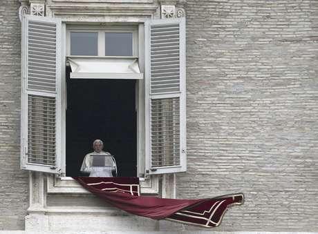 El papa Benedicto XVI lee un mensaje antes de dar la misa desde la ventana de su estudio en la Plaza de San Pedro, en Roma, el 6 de mayo de 2012.  Foto: Alessandra Tarantino / AP
