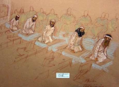 En una foto del bosquejo de la dibujante Janet Hamlin, aprobado por el Departamento de Defensa, se ve a los acusados,  Mustafa Ahmad al-Hawsawi, Ammar al Baluchi, Ramzi Binalshibh,  Walid bin Attash y Khalid Sheikh Mohammed mientras oran durante la audiencia de encausamiento en la prisión de Guantánamo, Cuba, el sábado 5 de mayo del 2012.   Foto: Janet Hamlin, Pool / AP