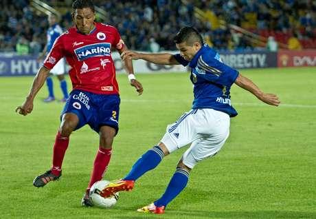 Omar Vásquez de Millonarios y Wilson Galeano de Pasto, durante el partido disputado en El Campín por la fecha 16 de la Liga Postobón Foto: David Félipe Rincón