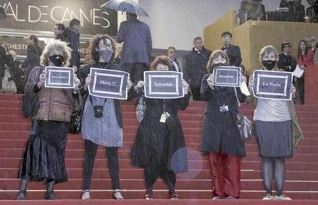 """Activistas del grupo feminista """"La Barba"""" protestan en el Festival de Cine de Cannes, el domingo 20 de mayo de 2012, por la ausencia de mujeres cineastas en el festival.  Foto: Francois Mori / AP"""