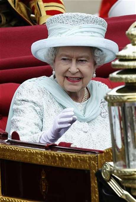 La reina Isabel II de Gran Bretaña a su salida del palacio de Westminster en Londres, jun 5 2012. La reina Isabel II de Gran Bretaña inició el martes el cuarto y último día de celebraciones por el Jubileo de Diamante con una aparición en un servicio en la catedral de San Pablo, antes de realizar un recorrido por Londres y un saludo desde el balcón del palacio de Buckingham. Foto: Luke MacGregor / Reuters
