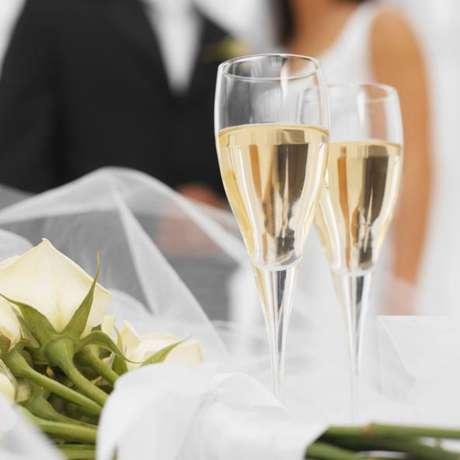 Ella busca candidato para celebrar su noche de bodas con un 'trío' y su futuro esposo se lo acolita. Foto: Mujer busca hacer un trío en su noche de bodas.