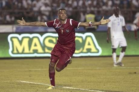 El delantero panameño Blas Pérez celebra después de marcar un gol durante el partido Panamá-Honduras por las eliminatorias mundialistas de la CONCACAF en San Pedro Sula, Honduras, el viernes 8 de junio del 2012.  Foto: Esteban Felix / AP