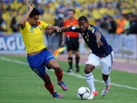 Dorlan Pabón y Cristian Noboa se enfrentaron continuamente por la banda derecha de Colombia, izquierda de Ecuador  Foto: AFP