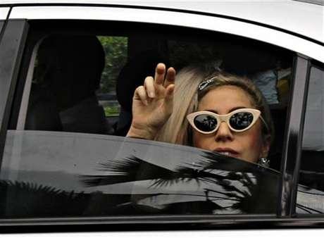 """La cantante Lady Gaga saluda a su llegada al aeropuerto Changi de Singapur, mayo 26 2012. El Gobierno tailandés atacó por segunda vez en pocas semanas a la sensación del pop Lady Gaga al presentar una denuncia ante la policía por el uso """"ofensivo"""" de su bandera nacional el mes pasado durante un concierto para el que se agotaron las entradas. Foto: Tim Chong / Reuters en español"""