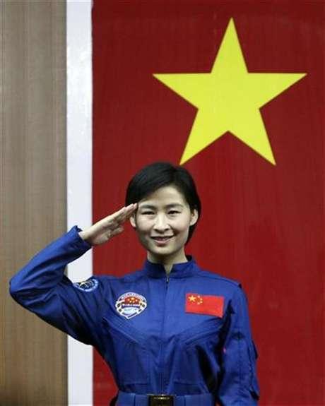 La primer astronauta china, Liu Yang, saluda durante una conferencia de prensa en la provincia de Gansu, jun 15 2012. China enviará este fin de semana a su primera mujer al espacio, desatando una ola de orgullo nacional en la potencia emergente, que da sus últimos pasos antes de tener una estación espacial en órbita la próxima década. Foto: Jason Lee / Reuters en español