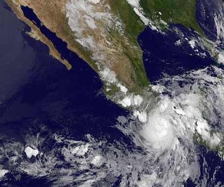 Esta imagen difundida por NASA muestra al huracán Carlotta cuando toca la costa mexicana del Pacífico, llena de balnearios, el 15 de junio de 2012 por la noche, donde derribó árboles, azotó hoteles de turismo y obligó a las autoridades a desalojar pobladores de zonas bajas. El sábado 16 de junio de 2012, cuando se dirigía hacia Acapulco, se debilitó hasta volverse tormenta tropical.   Foto: NASA / AP