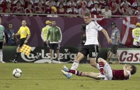 Lars Bender, en el centro, marca el segundo gol de Alemania ante Dinamarca en la Eurocopa el domingo 17 de junio de 2012.  Foto: Ivan Sekretarev / AP