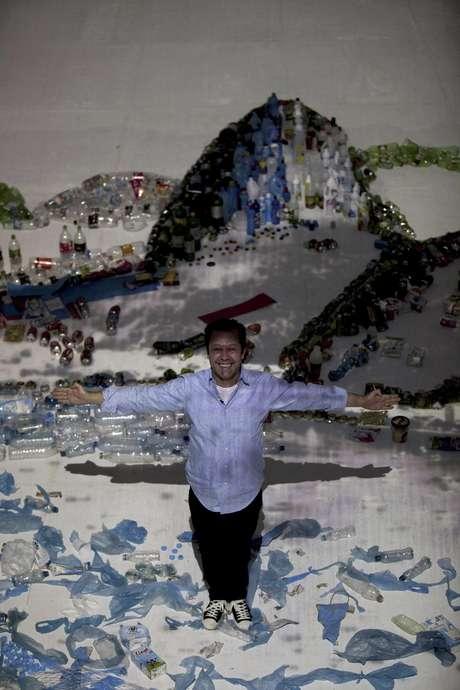 """El artista brasileño Vik Muniz posa para un retrato en su obra """"Proyecto Paisaje"""" en el que usó basura para recrear la imagen de la Bahía de Guanabara en Río de Janeiro, Brasil, el sábado 16 de junio de 2012.  Foto: Silvia Izquierdo / AP"""