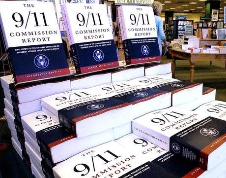 Reporte de la comisión que elaboró un informe de los ataques del 11 de septiembre en 2001 exhibido en la librería Barnes and Noble en Springfield, Illinois, en julio de 2004. Foto: AP