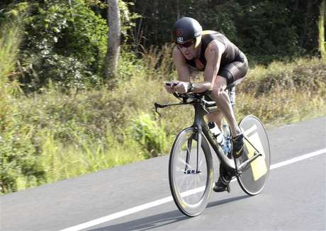 Lance Armstrong of the U.S. cycles during the Ironman Panama 70.3 triathlon in Panama City February 12, 2012. The U.S. Anti-Doping Agency filed formal charges against Armstrong Friday for using performance-enhancing drugs. Foto: Alberto Muschette / Reuters