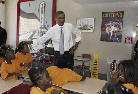 U.S. President Barack Obama talks to children inside the Varsity restaurant in Atlanta, Georgia, June 26, 2012. Foto: Larry Downing / Reuters In English