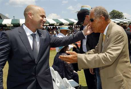 Andre Agassi (L) hugs coach Nick Bollettieri after Agassi was inducted into the International Tennis Hall of Fame in Newport, Rhode Island July 9, 2011. Foto: Brian Snyder / Reuters In English