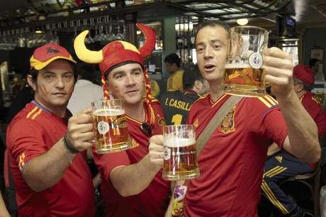 Hinchas españoles toman cerveza en un pub antes del partido entre España y Portugal por las semifinales de la Eurocopa el miércoles, 27 de junio de 2012, en Donetsk, Ucrania.  Foto: Sergei Chuzavkov / AP