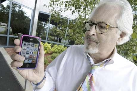 Bob Burns sostiene su celular el miércoles 27 de junio de 2012 en Minnetonka, Minnesota. Millones de usuarios de móviles en Estados Unidos pronto podrán recibir mensajes de texto con alertas si el dispositivo está en la trayectoria de una tormenta peligrosa.  Foto: Jim Mone / AP