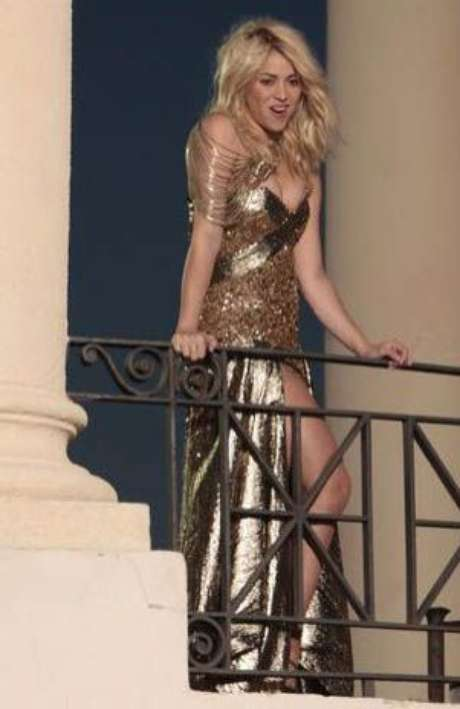 La artista colombiana Shakira se dejó ver con un elegante vestido dorado en Barcelona mientras grababa su próximo videoclip. Foto: Terra Mexico / Europa Press