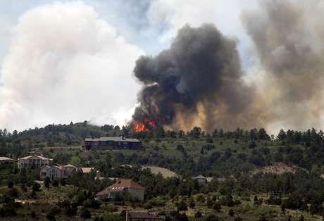Una densa columna de humo se desprende el sábado 23 de junio de 2012 de un incendio forestal en las inmediaciones de la ciudad estadounidense de Colorado Springs. Foto: AP