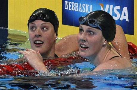 Allison Schmitt (L) and Missy Franklin check their times after their women's 200m freestyle semifinal during the U.S. Olympic swimming trials in Omaha, Nebraska, June 27, 2012. Foto: Jeff Haynes / Reuters In English