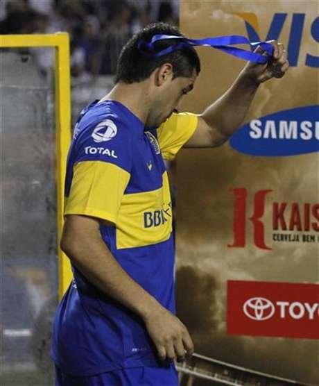El jugador Juan Román Riquelme, del club argentino Boca Juniors, remueve su medalla luego de la derrota de su equipo frente al brasileño Corinthians en la final de la Copa Libertadores de América disputada en Sao Paulo, julio 4 2012. Foto: Nacho Doce / Reuters