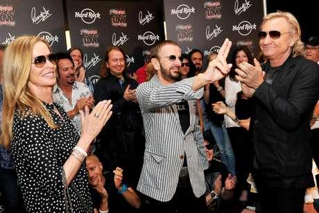 El ex beatle Ringo Starr, al centro, celebra su 72do cumpleaños acompañado de su esposa Barbara, a la izquierda, en el Hard Rock Café en Nashville, Tennessi, el sábado 7 de julio de 2012. A la derecha el músico Joe Walsh.  Foto: Rob Shanahan / AP