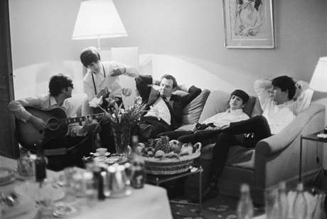 Los Beatles junto a su representante Brian Epstein en 1964, captados por la lente de Harry Benson. Foto: Getty Images