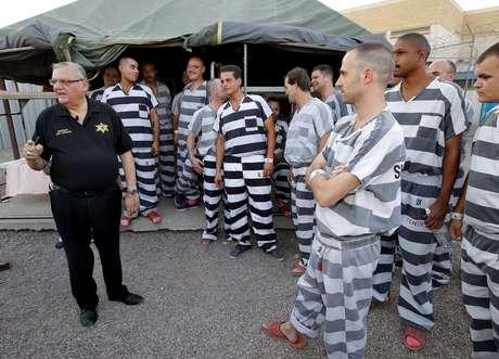 Un grupo de reclusos se reúne junto al alcalde del Condado de Maricopa, Joe Arpaio, en la prisión de la oficina del alcalde en Phoenix, el sábado 23 de junio de 2012. Foto: AP