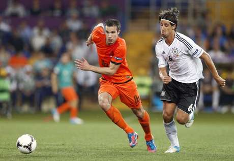 Robin van Persie (left) of Holland, Sami Khedira of Germany during the UEFA EURO 2012 match between Netherlands and Germany at the Metalist Stadium on June 13, 2012 in Kharkov, Ukraine. Foto: Getty Images