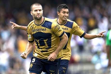 Emmanuel Villa scored two goals to lead Pumas over Atletico Nacional Sunday. Foto: Mediotiempo.com