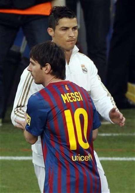 Imagen de archivo del delantero Lionel Messi del Barcelona (al frente en la fotografía), junto a su colega del Real Madrid Cristiano Ronaldo. Foto: Gustau Nacarino / Reuters