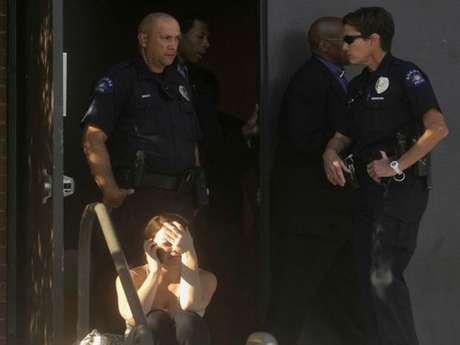 Escenas de dolor tras las tragedia en el cine de Denver Foto: AP