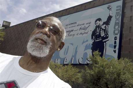 John Carlos, participant of the 1968 Olympics, stands in front of a mural made by students on the campus, at Palm Springs High School, where he is a teacher and counsellor in Palm Springs, California July 11, 2012. Picture taken July 11, 2012. Foto: Alex Gallardo / Reuters In English