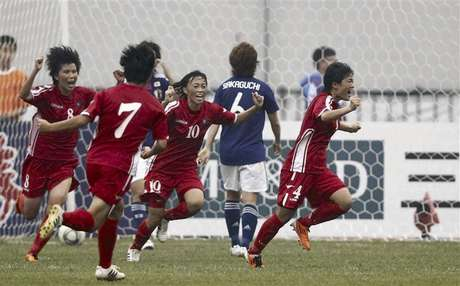 North Korea's Kim Jo Ran (R) celebrates after scoring against Japan at the women's qualifying tournament for the 2012 Olympic Games in Jinan, Shandong province, in this September 8, 2011 file photo. Foto: Files / Reuters In English