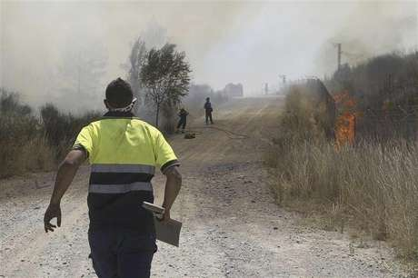Firefighters work to put out a fire on the TGV (high speed train) Barcelona-Perpignan line in Hostalets de Llers, in the Spanish province of Girona July 23, 2012. Foto: Jordi Ribot / Reuters In English