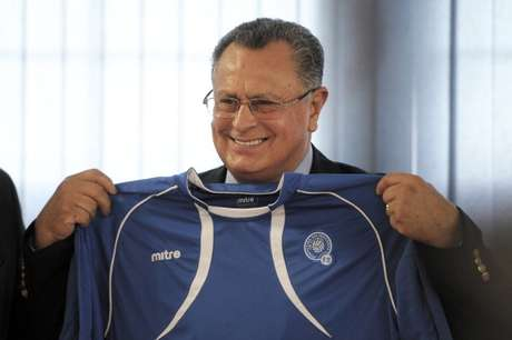 Mexican Juan De Dios Castillo poses with a Salvadorean national football team jersey during a press conference during which he was presented as their new coach by the Salvadorean Football Federation, in San Salvador, on July 19, 2011.  Foto: Getty Images