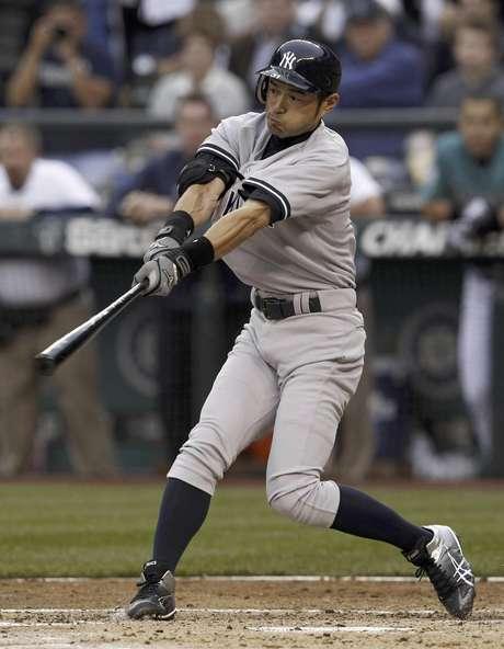 Ichiro Suzuki bats for a single in his Yankees debut against his former team.  Foto: Elaine Thompson / AP