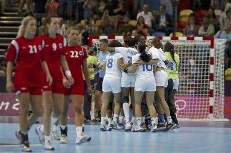France's Raphaelle Tervel and Mariama Signate (L) celebrate after defeating Norway in their women's handball Preliminaries Group B match at the Copper Box venue of the London 2012 Olympic Games July 28, 2012. Foto: Marko Djurica / Reuters In English