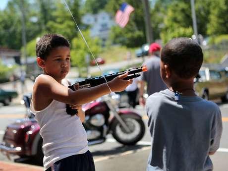 Unos niños de Liberty, Nueva York, juegan con armas de juguete durante las celebraciones del 4 de julio. Foto: Getty Images