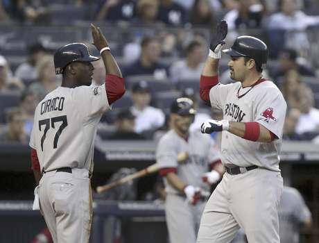 Adrian Gonzalez (right) congratulates Pedro Ciriaco after he scored the final run in Boston's 8-6 win over the New York Yankees Saturday night. Foto: Seth Wenig / AP