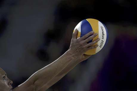 Australia's Tamsin Hinchley prepares to serve against the U.S. during the women's beach volleyball preliminary match at the Horse Guards Parade during the London 2012 Olympic Games July 28, 2012. Foto: Marcelo Del Pozo / Reuters In English